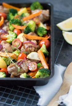 Sweet Potato Chicken and Veggies. A great and healthy dish right out of the oven with sweet potato chicken and lots of veggies (recipe in Dutch) Veggie Recipes, Lunch Recipes, Healthy Recipes, Oven Dishes, Food Dishes, Healthy Diners, Clean Eating, Feel Good Food, Happy Foods