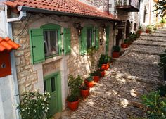 Explore unknown Greece with a Greek, secret places for tourism throughout the year, Greek food, habits, Greek customs and more. Beautiful Homes, Beautiful Places, Beautiful Pictures, Google Street View Map, Greece Culture, Have A Nice Trip, Places In Greece, Greek House, Mountain Homes