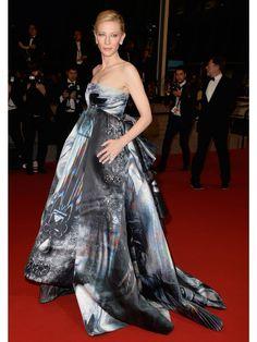 Futuristisch und voluminös: In Cannes 2015 zeigte Cate Blanchett mit dem aufregenden Kleid von Giles Deacon, einfach mal allen, wo der Fashion-Hammer hängt. Ein Kleid, das in diese Galerie MUSSTE.