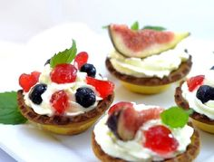 Tarteletas rellenas de chocolate, chantilly y frutas