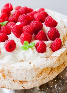Merengón de frambuesa, receta chilena. #enmicocinahoy #merengon #merengondeframbuesa Mexican Food Recipes, Dessert Recipes, Dessert Ideas, Chilean Recipes, Chilean Food, Raspberry Meringue, Pastel Cakes, American Cake, Friend Recipe