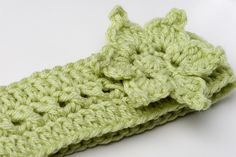 Great tutorial, but I'll stick to my own headband designs thank you very much!) Crocheterie: Crochet Pattern Sayde Headband with Flower - Free Pattern Knit Or Crochet, Learn To Crochet, Crochet Scarves, Crochet Crafts, Crochet Hooks, Crochet Projects, Free Crochet, Crochet Hair, Ravelry Crochet
