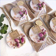 ぷち可愛い♡ アロマ・ワックスサシェ mini【elegant rose】 - DIY and Crafts Candle Packaging, Soap Packaging, Homemade Candles, Diy Candles, Rustic Candles, Scented Candles, Diy Aromatherapy Candles, Diy Cadeau Noel, Wax Tablet