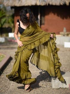 Modern Saree Styles Best Picture For Blouse tutorial For Your Taste You are looking for something, and it is going to tell you exactly what y Saree Blouse Patterns, Sari Blouse Designs, Fancy Blouse Designs, Shagun Blouse Designs, Saree Wearing Styles, Saree Styles, Indian Beauty Saree, Indian Sarees, Sari Bluse
