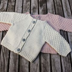 "Nye Strikkerier Til 2015 - "" Helt Klein"", Ny ""Yndlings Cardigan"" Og "" En Stribet Lama "" Baby Cardigan Knitting Pattern, Knitted Baby Cardigan, Knit Baby Sweaters, Baby Knitting Patterns, Baby Patterns, Toddler Cardigan, Crochet Baby, Knit Crochet, Booties Crochet"