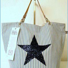 Cabas en toile à rayures avec étoile en paillettes Denim Fashion, Fashion Bags, Style Nautique, Craft Bags, Denim Branding, Brand Me, Cute Bags, Cotton Bag, Bag Making