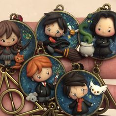 Harry Potter et al in polymer clay Polymer Clay Disney, Cute Polymer Clay, Cute Clay, Polymer Clay Dolls, Polymer Clay Miniatures, Polymer Clay Projects, Polymer Clay Creations, Art Harry Potter, Harry Potter Charms