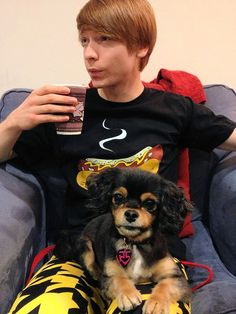 Calum Worthy, a warm puppy and a warm coffee. What could be better? Ross Lynch, Riker Lynch, Calum Worthy, Amazing Songs, Night Circus, Austin And Ally, Disney Shows, Cavalier King Charles, Cute Puppies