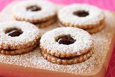 I biscotti di Linzer, ottimi per la colazione o la merenda, si ottengono tritando le mandorle tostate con lo zucchero e poi unendo al composto i tuor...