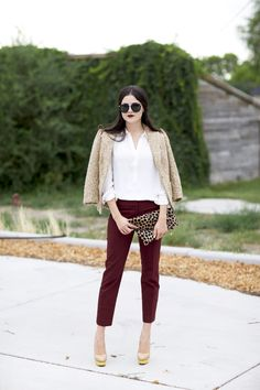 burgundy pants + gold blazer + white top + gold shoes (or leopard print) Dressy Casual Outfits, Short Outfits, Casual Chic, Spring Outfits, Burgundy Outfit, Burgundy Pants, Oxblood Pants, Maroon Pants, Work Fashion