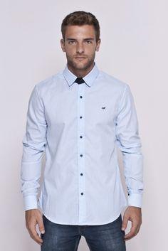 Camisa listrada azul com detalhes negros