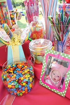ABSOLUTELY LOVE THIS CANDY BAR FOR KENZIES BDAY!!! I AM DEFINITELY PUTTING A FRAMED PIC OF THE BDAY GIRL ON THE CANDY BAR TABLE LIKE THIS! LOVE IT!