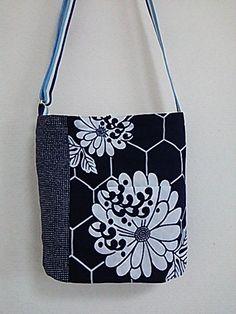 琳和 和風 ショルダーバッグは 着物巻き浴衣生地 帯リメイクし ひとつバッグは 四面柄違い 表 内 前 裏 リバーシブルです。 使い方の気分...|ハンドメイド、手作り、手仕事品の通販・販売・購入ならCreema。 Kimono Fabric, Fabric Bags, Japanese Fabric, Japanese Kimono, Japan Bag, Denim Bag, Purse Patterns, Vintage Textiles, Cute Bags