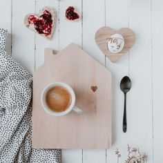 The breakfast board house conjures not only the smallest a smile on the face! There is a confetti mood in the morning for the whole family! X 23, Decor Crafts, Home Crafts, Gravure Laser, Small Owl, Hello My Name Is, Valentine Decorations, Diy Woodworking, New Day