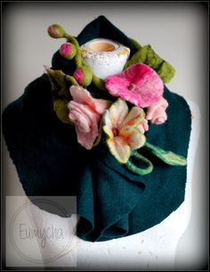 Ten sam komin z mięciutkiej wełenki ozdobiony filcowymi kwiatami.