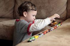 L'autisme touche un enfant sur 100. Il est important de faire comprendre à tous que les autistes ne sont pas malades, mais simplement différents, afin qu'ils soient mieux acceptés dans la société.