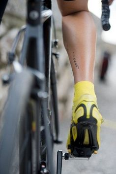 Cyclists legs makes himself a tattoo with the chainring