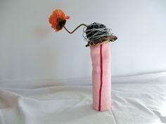 Flaschenkleid Flaschenhülle Vase aus rosa Baumwolle gehäkelt mit rotem Streifen und goldener Abschlusskante von unicata auf Etsy