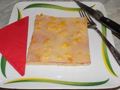 """""""Ma+egy+házi+pizza+recepttel+jelentkezem,+úgy+magyarosan.+Lássuk+be+az+igazi+olasz+pizzához+köze+sincs,+de+azért+otthon+nekünk+teljesen+megfelel.+Finom,+laktató,+variálható+feltéttel.""""  Házi+pizza        *(kb.+3+nagy+tepsire+való+adag)  Hozzávalók:    Tészta:    0,5l+tej      50g+élesztő  2+lapos…"""