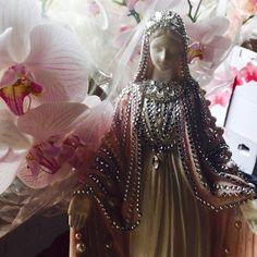 A paixão por imagens sacras, tratadas como verdadeiras jóias! #inspiração #altar #casamento #mesadecorada #decoracão #capelas #noiva #presente ( Nossa Sra das Graças 33 cm @_presentedoceu )#love sacred art statue , pearls, beads #altar #miniwedding #wedding #catholic #decor #party #events #decoration #beautiful #gifts #christmas #ideas #icool #style #inspiration #my #art #wandagontijoartist #instagood #flowerdesign #flowerpower #orchidlovers # _presentedoceu , art decor sacred  statues by…