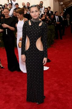 If there's ever been a Millennial celeb to tell it like it is, it's Miley Cyrus. So, as you can imagine, I've been counting the days in heart-wrenching anticipation of Miley Cyrus at the 2015 Met Gala. Miley Cyrus, Tom Kaulitz, Celebrity Dresses, Celebrity Style, Divas, Look 2015, Met Gala Red Carpet, Mode Glamour, Vogue