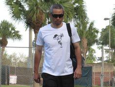 かわいらしいイラストの入ったTシャツで施設に入るイチロー(撮影・小林信行) - Yahoo!ニュース(デイリースポーツ) Ichiro Suzuki, Baseball Players, Guys, Funny, Yahoo, Sports, Mens Tops, T Shirt, Fashion