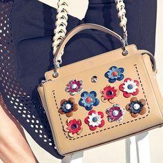 Choosing The Perfect Handbag That's Suitable For All Season - Best Fashion Tips Luxury Handbags, Fashion Handbags, Purses And Handbags, Designer Handbags, Handbags For School, Cute Purses, Small Purses, Burberry Handbags, Burberry Bags