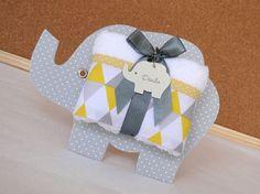 Lembranicnha super bacana para Maternidade: Toalhinha na embalagem de Elefantinho!!! --- Cinza com amarelo --- A placa elefante mede 17,5 x 13 cm e é feita em papelão revestido em tecido, possui verso branco. Toalhinha tem as dimensões aproximadas de 40 x 20 cm, é aveludada e de excelente ...
