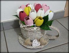 Tazza realizzata con cannucce di carta riciclata e tulipani creati con cucchiai di plastica -le creazioni di kleopy