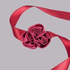 Pentru o nunta de toamna la care se poarta culori puternice, domnisoarele de onoare pot purta la incheietura mainii corsaj satinat cu trandafiri visinii, mai ales daca culoarea grena este in ton cu tinuta cavalerilor de onoare. Acest accesoriu simplu, dar elegant este realizat manual dintr-o banda lunga de 49 cm si trei trandafirasi visinii lipiti pe mijlocul ei. Corsajul inlocuieste la nunta buchetul domnisoarei de onoare si este mult mai practic de purtat, dar si mai ieftin. O data ce… Satin, Belt, Accessories, Fashion, Belts, Moda, Fashion Styles, Elastic Satin, Fashion Illustrations