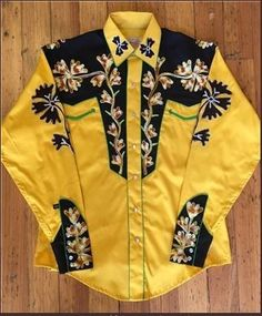 """Rockmount Ranch Wear for Men genuine vintage Western shirt design features genuine hand chenille embroidery, piping, special """"V"""" smile pockets. cotton gabardine twill, shotgun cuffs, Gold body with Black yokes and details. Cowboy Outfits, Western Outfits, Western Shirts, Vintage Western Wear, Vintage Men, Vintage Shirts, Vintage Outfits, Vintage Clothing, Chemises Country"""