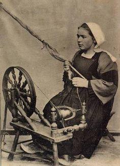 Jeune fille filant au rouet