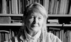 Iris Murdoch (Dublín, Irlanda, 15 de julio 1919 – 8 de febrero 1999) fue una escritora y filósofa irlandesa, mejor conocida por sus novelas, en las que combina una rica caracterización con animados argumentos, involucrando, por lo general, temas de índole moral o sexual.