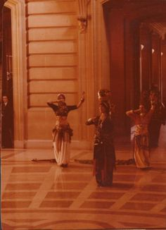 """San Francisco Classical Dance Company"" dancing in City Hall — com Masha Archer no centro, com um jarro, logo atrás, Carolena Nericcio.  Larissa Archer's Facebook album."