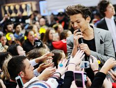 Do you guys see that random guy on the crowd staring at Louis's beautifulness?