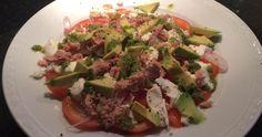 Toevoegen aan mijn receptenDeze salade met tonijn, avocado, tomaat, sjalot, mozzarella en pesto is super lekker. Ideaal voor als je aan de lijn bent, maar ook heerlijk als je dat niet bent. Maak hem heel eenvoudig voor één persoon of gebruik meer van de ingrediënten als ermensen mee eten. Kijk voor meer salades bij onze …