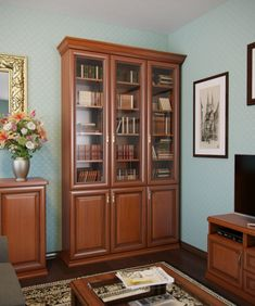 Многие думают, что  современный интерьер  может испортить узкий шкаф для книг с дверями со стеклом, но это не так.  Насколько актуален в век гаджетов старомодный книжный шкаф со стеклянными дверцами, изготовленный из массива сосны и дуба?