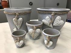 Redesign terracotta pots with concrete color VBS Hobby Cement Art, Clay Pot Crafts, Concrete Crafts, Concrete Projects, Concrete Planters, Fleurs Diy, Concrete Color, Beton Diy, Diy Room Decor