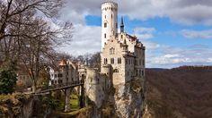 sprookjeskasteel Lichtenstein, gelegen in het woud, op een rots, met een prachtig uitzicht