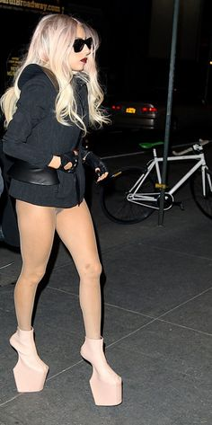 Lady gaga no pants Lady Gaga Outfits, Lady Gaga Fashion, Short Celebrities, Celebs, Get Up And Walk, Little Monsters, American Women, Punk, Street Style