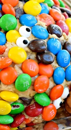 Monster Cookie Cheese Ball with MMs halloween cheeseballs Thanksgiving Cupcakes, Thanksgiving Recipes, Holiday Recipes, Homemade Halloween Treats, Shugary Sweets, Fall Appetizers, Cheese Ball Recipes, Delicious Desserts, Fall Desserts