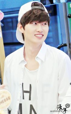 Your smile make me HAPPY!!!!  Eunhyuk