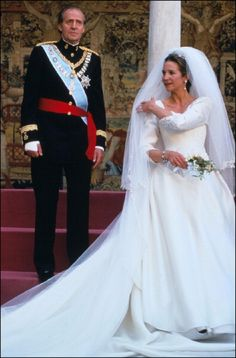Wedding of Infanta Elena of Spain with her father King Juan Carlos of Spain on 17 Mar 1995 in Seville, Spain Royal Wedding Gowns, Royal Weddings, Wedding Bride, Wedding Dresses, Royal Tiaras, Royal Jewels, Thurn Und Taxis, Princesa Victoria, Princesa Real