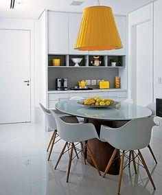 Invista em acessórios. Sai muito mais barato e menos trabalhoso do que trocar os móveis. A arquiteta Ligia Resstom elegeu a cor amarela para animar a sala de almoço branca. O tom vibrante está presente até nas frutas