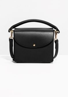 This structured shoulder bag channels understated elegance through the fine quality leather and polished detailing. The detachable shoulder strap enables styling versatility.