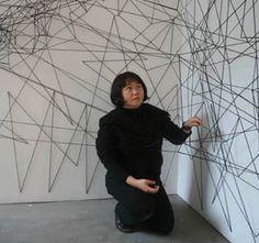 Chiharu Shiota su obra se basa en diferentes representaciones artistiscas e instalaciones en las que  utiliza diversos objetos de uso cotidiano, tales como camas, ventanas, vestidos, zapatos y maletas. Ella explora las relaciones entre el pasado y el presente, vivir y morir, y los recuerdos de las personas implantados en objetos y a esto se añade intrincadas composiciones con hilos de color negro y rojo.