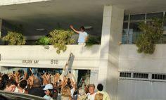 Roberto Carlos e fãs (Foto: Alex Palarea/AgNews) - Roberto Carlos recebe carinho de fãs no dia de seu aniversário