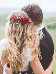 Acconciatura sposa con rose rosse