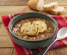 Uma das receitas mais preparadas e apreciadas nos dias frios é a sopa, uma iguaria leve e muito saborosa, que pode ser repaginada com criatividade. Esse é o caso da sopa de cebola com um toque de café.