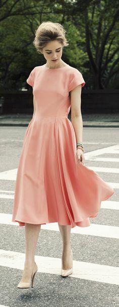jolie robe d'été de couleur rose, femme brunette, robe rose, naf naf robe